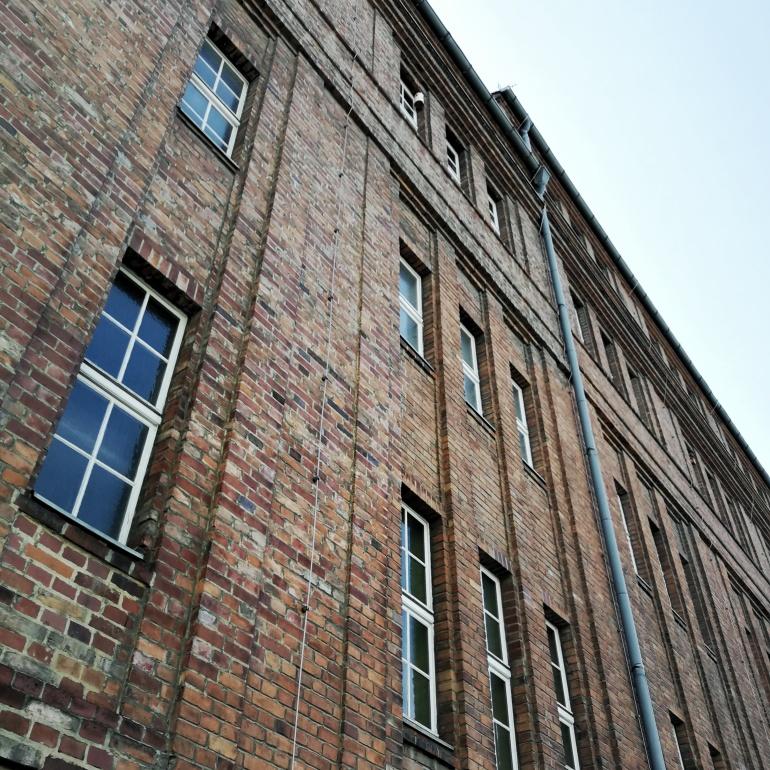 Eine Außenwand eines Backsteinhauses aus der Froschperspektive.