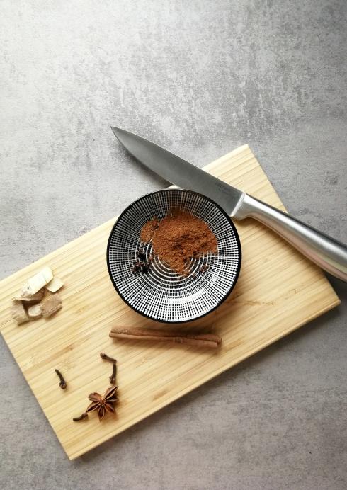 Pumpkin Spice Latte: Ein Holzbrett mit Gewürzen und einem Messer.
